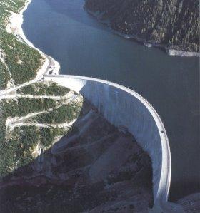 Esempio di bacinoiartificiale con diga di ritenuta