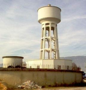 Centrale dell'acquedotto di Sacile. In basso si noti il serbatoio di accumulo circolare.
